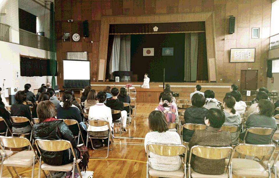 北日野小学校の体育館で行った講演会の様子を写した写真