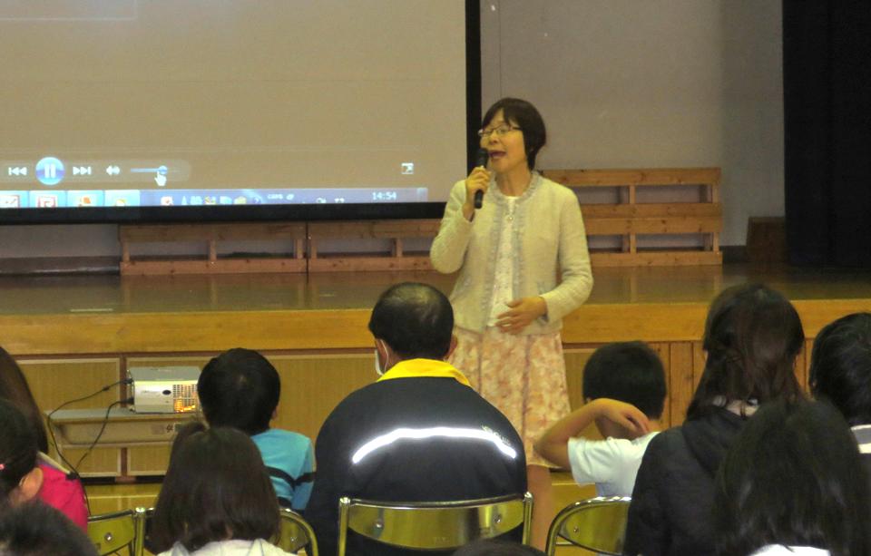 南相木小学校の体育館で行った講演会の様子を写した写真