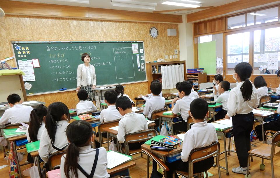 鳴鹿小学校三年生の教室で行った出前授業の様子を写した写真